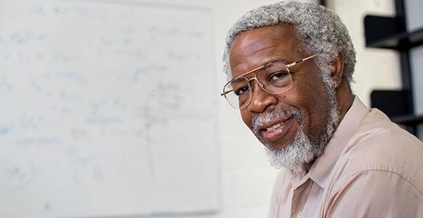 O cientista James Gates encontrou indícios da realidade ser simulada pois encontrou códigos de computador nas equações da física que descrevem a realidade.